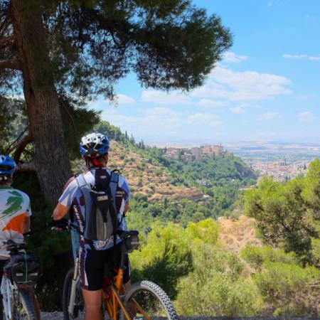 Vista de la Alhambra llegando a Granada, ruta del Califato en bicicleta