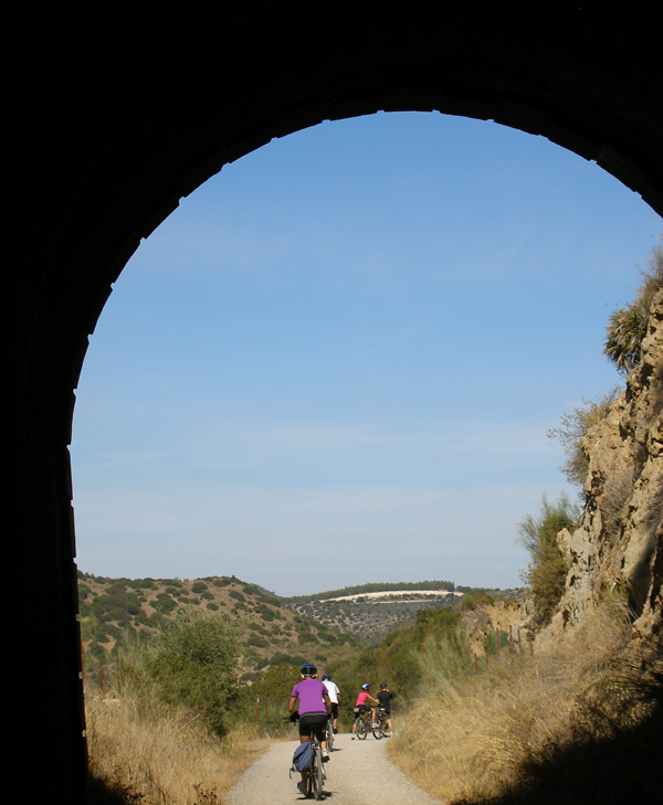 Saliendo de uno de los 30 tuneles de la Vía Verde de la Sierra (Cádiz)