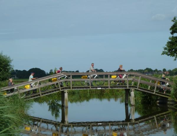 Norte de Holanda y la Isla Texel en barco y bici: Ciclistas cruzando por un puente