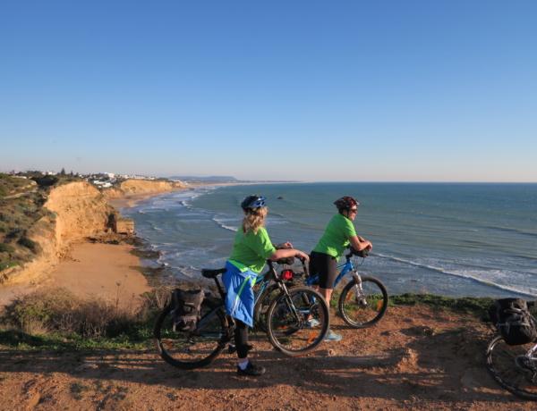Ciclistas en la Costa de la Luz