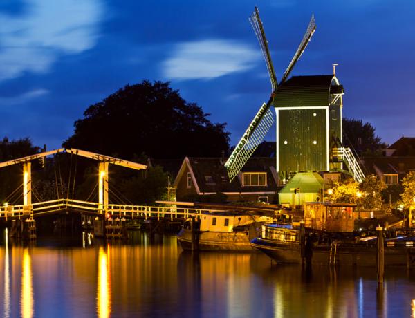 Vista nocturna de Leiden, Holanda