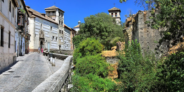 Frente a la Alhambra