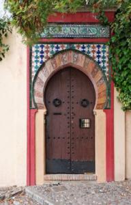 Puerta de estilo morisco, en Granada Albayzin