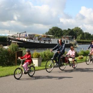 Familias: Cuentos y castillos de Holanda en barco y bici: ciclistas junto al barco